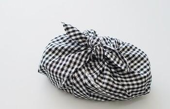 はじめにご紹介するのは、三角形の形をしたおしゃれな「あずま袋」です。難しそうに見えますが、作り方はとっても簡単なので初心者さんにもおすすめですよ。