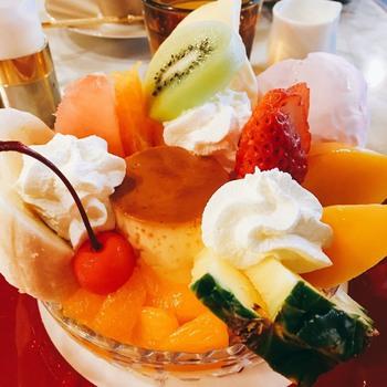 自家製プリンの入った「プリンアラモード」は見た目も豪華で楽しい一品!甘さ控えめの上品なプリンと生クリームが、フルーツの爽やかな味わいとマッチ♪ペロリと食べられてしまう美味しさです。