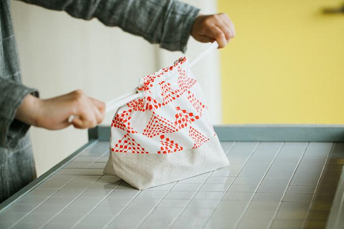 仕上がりのサイズはタテ20×ヨコ28×マチ10㎝と、大人用のお弁当もラクラク入る大きさです。ひもの部分は写真のようなコットンのひもでも、リボンを使ったり共布で作っても◎。お気に入りの布を組み合わせて、素敵なお弁当袋を手作りしてみませんか?