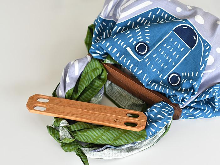 バッグの中身が見えないようにカバーしたい時には、マグネットが付いた「ふろしきパッチン」がおすすめです。こちらも布や風呂敷を使って簡単にバッグを作れますが、2つの木のパーツがマグネットでぴったりくっつくので、表からバッグの中身が見えにくくなります。木の素材はナラとブラックウォールナットの2種類です。布の柄や色に合わせて、好きな素材を選ぶことができますよ。