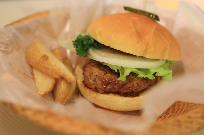 こちらのお店では名物のハンバーガーをぜひ注文してみてください。あの三島由紀夫も愛していたという逸品です。ジューシーなパテと、自家製のソースが相性抜群なのだそう。