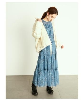 カジュアルなオーバーサイズジャケットは、甘めデザインのインナーを合わせて、甘辛ミックスコーディネートに。偏りすぎないのがオシャレに見せるポイントです。