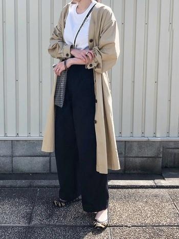 guのベージュのノーカラーコートは、トレンチコートのような雰囲気で、日本だけでなく韓国でも流行の形。かっちりめにもラフな感じにも着られるアイテムです。
