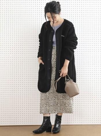 黒のコートの重みが気になるなら、中には明るめの洋服を着てみて。サックスブルーのトップスが爽やかです。ピンクなど可愛らしいカラーのアイテムと合わせるのもおすすめ。ベージュのバッグは小さめで女らしさも忘れずに。