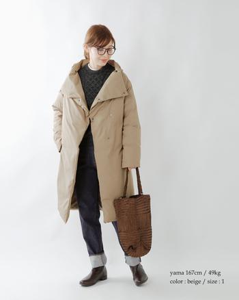 しっとり女性らしい印象のシルエットながら、実はダウンのこちら。軽く優しいコートです。ショールカラーを折り返せば、顔まわりも華やかに。マットな質感の生地が大人っぽさを引き立てます。