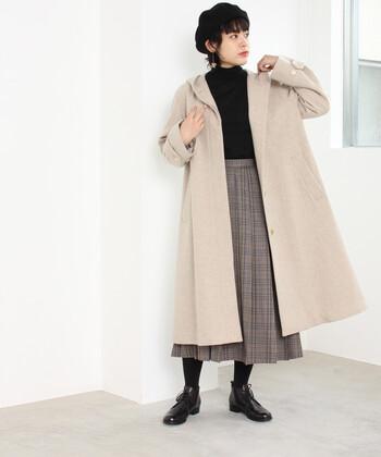 フードつきのAラインコートは、ガーリーな印象。シンプルなデザインなので、チェックのスカートとも好相性。ブラウンなど同系色でまとめたコーディネートもおすすめです。