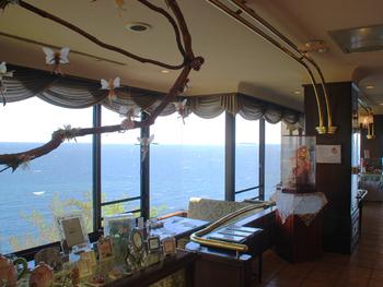 伊豆一の絶景カフェと言われる「花の妖精」は、アカオリゾート内のレストラン。窓越しに相模湾を見渡せる、最高のロケーションで人気のカフェです。