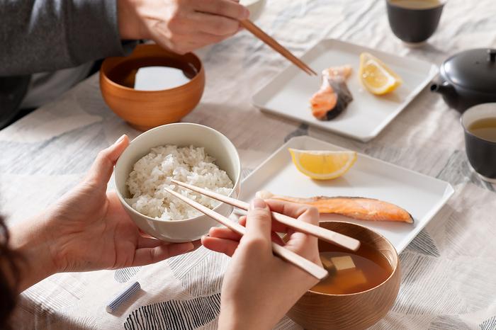 そこで、食卓の見栄えだけでなく、口当たりの良さや料理の掴みやすさ、手へのフィット感など使い心地も良いお箸を集めてみました。毎日の食事の時間がもっと特別なものに変わりますよ。