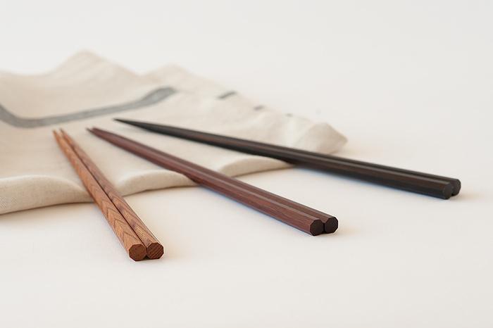 末広がりとして縁起が良いとされる、八角形のお箸。美しい木目のけやき、別名ローズウッドとも呼ばれる紫檀(したん)、重厚な色合いの縞黒檀(しまこくたん)の3種類から選べます。箸先は削り出し加工により滑りにくくなっていて、小さな豆やご飯粒もつまみやすくなっています。