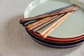 職人が手作業で丁寧に削っていて、その凹凸が手になじみます。桜、鉄木(てつぼく)、黒鉄木、黒檀から選べます。無着色塗装で素材そのものの色合いが楽しめますよ。