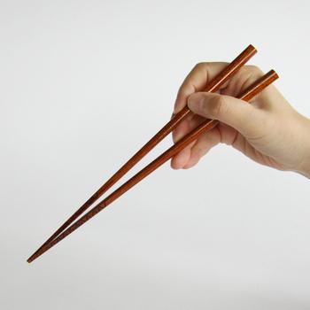 ラーメン専用に作られたお箸。麺類の中でも油分を含んで特に滑りやすいラーメンの麺をうまく掴めるように、箸先に細かな溝が付けられています。この溝により、スープが麺に絡みやすくなる効果も。 この他、うどんの箸、そばの箸、刺身の箸もあります。