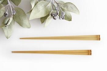 京都の良質な竹が使われた、シンプルなお箸。シンプルだからこそ素材の美しさが際立ちます。竹は繊維の密度が高いので、醤油やソースなどの色が移りにくいのも魅力です。