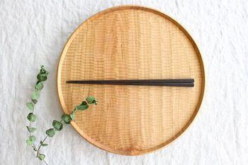 黒檀(こくたん)という高級木材を使用。天然木の風合いを活かすため、無塗装で仕上げられています。側面は少しだけ丸みが付けられていて、転がりにくく手にもなじみやすいのが魅力。