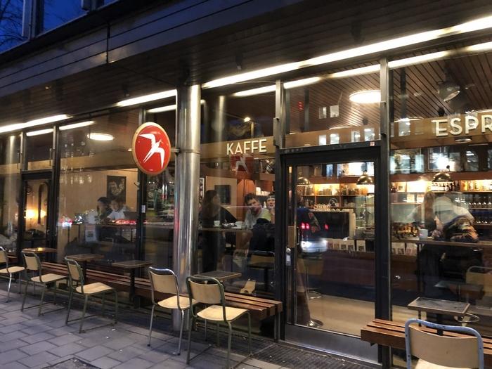 東京にも店舗を出店し、絶大な人気を誇る「Fuglen(フグレン)」。北欧コーヒーならここ!と思い浮かべる方も多いはずです。そんなフグレンの本店が、オスロには存在します♪