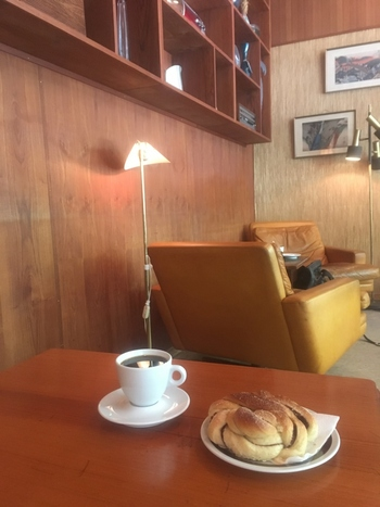 フグレンでのおすすめは、シナモンロール。コーヒーのほのかな酸味とシナモンの甘みが、心地よいバランスです。その香りだけで、のほほんとしてしまいますよ。