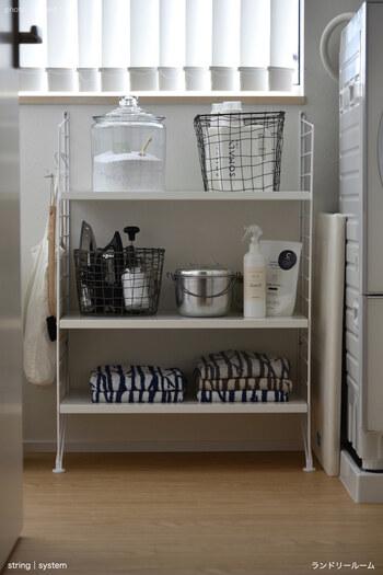 洗剤やスプレーなど、洗濯に必要な道具は意外と多いもの。  ランドリー専用のシェルフを設けて必要なものをまとめておけば、どこに何があるか一目瞭然。 洗濯がスムーズに進みます。