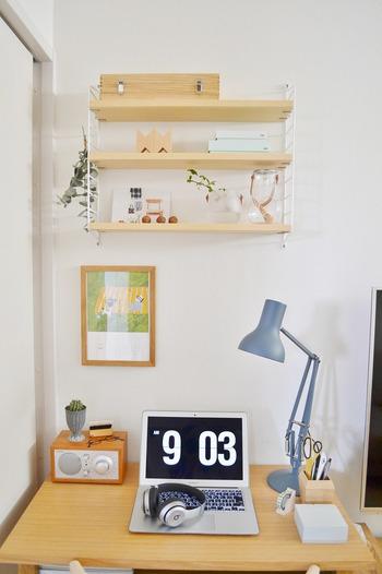 デスク上にウォールシェルフを設置すれば、作業スペースはそのままに、空間を有効活用して小物を飾ったり、収納したりできます。 お気に入りの雑貨やグリーンは、目に映るたびに心を和ませてくれるはず。