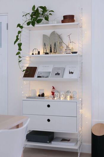 ツリーのオブジェやミニライトを飾って、クリスマス仕様に。 リビングの中心にこんなシェルフがあれば、季節感のあるコーディネートが楽しめますね♪