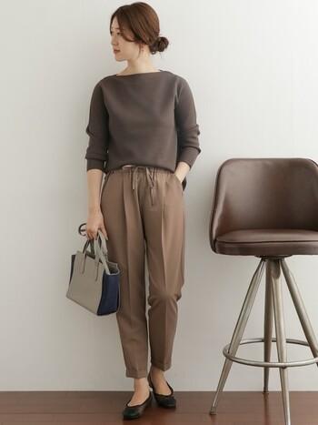 ニュアンスの異なるブラウン系のワントーンコーデ。ボートネックが女性らしい印象です。今年トレンドのブラウンは、のっぺりしないようバッグや足元で引き締めるのが正解。