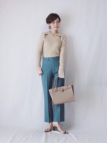 ベージュのデザインニットにくすみブルーのパンツを合わせたきれいめフェミニンスタイル。ぼやけてしまいがちなベージュを、ニュアンスカラーで洗練された印象に。