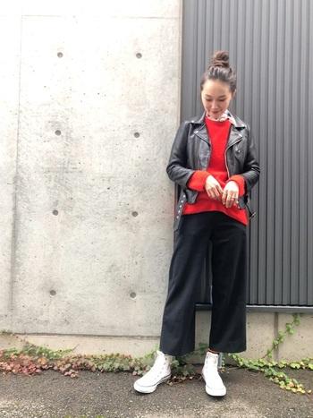 黒のライダースジャケットと黒パンツのクールなスタイリングに、赤いニットをインナーに合わせています。赤と黒は大人のモード色。白のハイカットシューズで明るさを加えて。