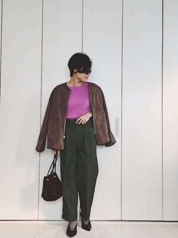 鮮やかなピンク色のセーターにダークグリーンのパンツの異色の組み合わせは、ブラウンのボアブルゾンとレオパード柄のバッグで高級感を演出。ちょっと背伸びをしたくなる、大人レディな秋コーデです。