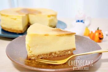 さつまいもの甘みとチーズの風味が濃厚な、しっとりチーズケーキ。  さつまいもとチーズって相性抜群なんですよ♪  混ぜて焼くだけのおうちでカンタンに作れるレシピなので、お菓子作り初心者さんにもオススメ!