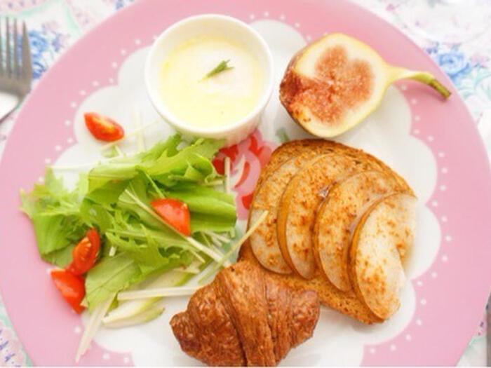 フレンチトーストみたいにお洒落な梨のトースト。  梨を切ってパンに乗せるだけだからとってもカンタン♪朝ごはんにも◎!  さわやかな梨の香りが甘めのパンにもよく合います。