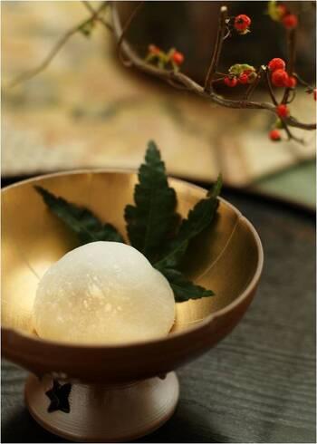 そう、イチゴ大福のオータムバージョン、ぶどう大福♪  白いんげんと生クリームを混ぜて作る白いんげんクリームと、白あんがベストマッチ。  ころんとかわいいフォルムで、今年のお月見はぶどう大福で決まり!