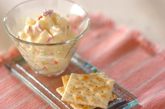 リンゴのすっきりとした甘さと、クリームチーズの程よい塩気が絶妙!  ディップして食べるのはもちろん、カナッペにしてパーティーメニューに仲間入りさせるのもおススメ。お酒にもよく合いますよ♪