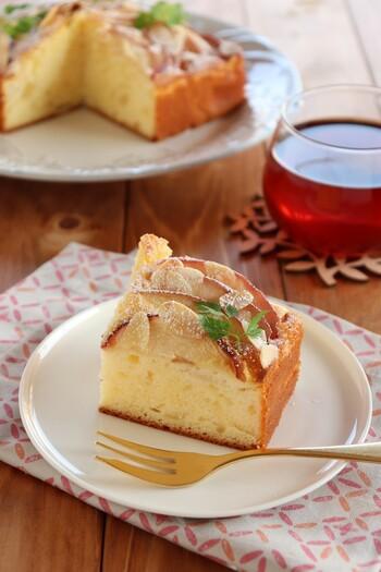リンゴとヨーグルトの相性の良さは、もうみなさんご存知ですよね♪  生地にヨーグルトを加えることでしっとりと焼きあがりますし、りんごとヨーグルトが奏でるほのかな酸味がとってもさわやかで、1度食べたら忘れられないケーキになります。
