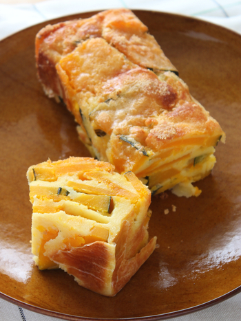 ガトーインビジブルとは、スライスしたフルーツや野菜をたっぷり重ねて作るフランス発のスイーツで、その美しい断面が特徴です。  どんなフルーツや野菜を使ってもOKですが、旬のホクホクかぼちゃは甘くて食べごたえも◎でイチオシ。朝ごはんやランチにもおすすめです!