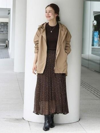 ブラウンのニットに手書きドットが描かれた透け感あるスカートを合わせ、ベージュのブルゾンを羽織ってトレンド感ある着こなしに。ブーツを合わせてクラシカルな雰囲気も漂っています♪