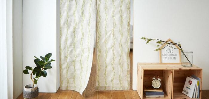 長い丈ののれんは、空気を遮断してエアコンの風が逃げないようにしてくれます。ドアよりも開放感があって出入りしやすいので、ペットのいるおうちにもオススメですよ。