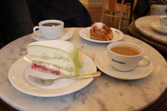 スウェーデンといえば、プリンセスタルトと言われるスイーツ。柔らかいスポンジと生クリーム、そしてベリーのジャムがサンドされ、マジパンで優しく包まれた北欧ならではのデザート。優しい甘さはコーヒーとの相性抜群です!