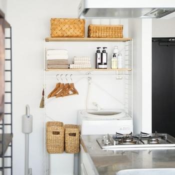 デッドスペースになりがちな洗濯機の上を活用できるシェルフを設置。ハンガーを掛けられるバー付きなら、靴下などちょっとした衣類を干すスペースにもなります。