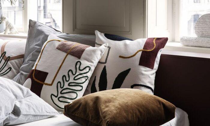 ソファやベッドに並べているクッションは、お部屋の印象に残るもののひとつ。クッションカバーを温かみのある素材のものや、季節を感じるモチーフのものに替えてみるのはいかがでしょう。クッションカバーを替えるだけなら、手軽に秋インテリアを取り入れられそうですね。