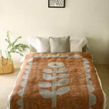 ベッドにも、秋のインテリアを取り入れて。秋らしい色や温かいウール素材などの大判のマルチカバーをさっとかけると、雰囲気が秋めきます。部屋の中で大きさのあるベッドのカラーが変わると、お部屋の印象もまた変わってきますよ。もちろん眠るときにも温かく、実用性も兼ね備えています。