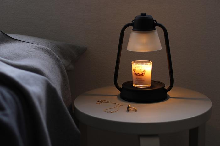 おやすみ前にも、キャンドルの灯りや香りで癒されて。寝室や、ベッドのサイドテーブルにキャンドルを置くのが心配なときは、「キャンドルウォーマー」を使ってキャンドルを灯しているような光と、香りを楽しんでもGOOD。