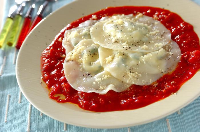 餃子の皮を使ったラビオリ風のレシピ。皮にモッツァレラチーズとバジルを和えたものを挟んで茹でればOK。プレートに真っ赤なトマトソースを広げてから盛り付ければ、お馴染みの餃子からは想像できないお洒落なひと皿に。