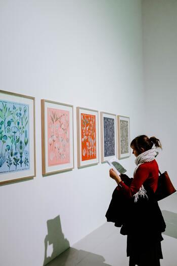 大人の嗜みとして「アートが分かる人になりたい」と思いますよね。しかし、ときに展覧会では、「何を表現したいのか、全然分からない・・」という印象の作品に遭遇することも。  それも芸術鑑賞の楽しみですが、作品を理解しようと努めるあまり、解説と睨めっこして疲れてしまうことも・・・。
