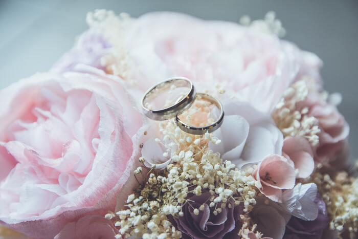 結婚指輪や手袋など、無くしやすい小物はハンドバッグや小物入れにまとめておくのが◎特に代わりのきかない結婚指輪は、当日持っていくハンドバッグなどに忘れないよう入れておきましょう。帰りには荷物が増えることもあるため、丈夫な手提げバッグなどを何枚か持っていると便利ですよ。