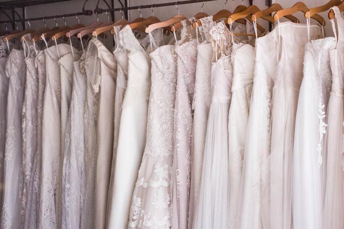 ウェディングドレスなどの衣装を持ち込みにする場合は、衣装や小物がすぐに着れる状態になっているかチェックしておきます。また、引き出物などを外部の業者から手配している場合は、式場への搬入ができているか確認しておくと安心です。