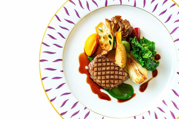 札幌駅直結のJRタワーステラプレイス9Fにある「ミクニ サッポロ」は、北海道出身のフランス料理の第一人者三國シェフがプロデュースしたフレンチレストラン。店内の上質な雰囲気は、お腹だけでなく心も満たすことができます。