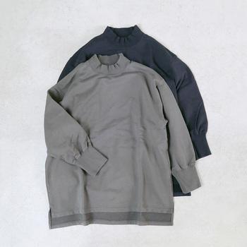 スモーキーな色合いが絶妙な「TISSU」のスウェットは、立ち上がったモックネックとゆったりした身頃でデザイン性のある一枚です。