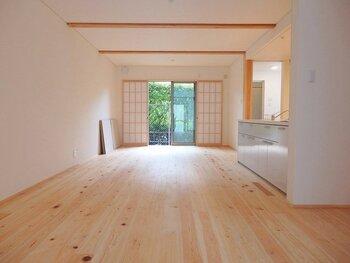ヒノキの香りにほっとする…と感じる方は多いのでは。リラックス効果のある香り、日本特産の高級樹種としてしられる「ヒノキ」。高い耐湿性、耐水性、耐久性、やわらかく弾力性のある質感で人気の床材です。