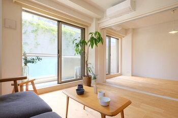 汚れの付きやすい床。メンテナンスしやすい素材であれば、ラクにお手入れできます。  耐水性や耐候性のある「複合フローリング」は、無垢の木を薄くスライスし耐水合板などに張り合わせたもの。種類も豊富なので、お好みのタイプが見つかりやすいのではないでしょうか。