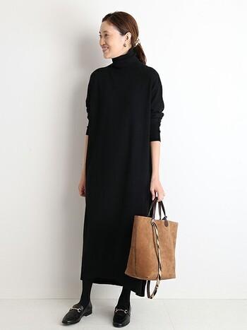 特に上品な印象のタートルネックのニットワンピース。 ヘアスタイルはしっかりとまとめ、バッグは明るいブラウンのスエード素材をセレクト。  大人っぽく、すっきりとしたアクセントをきかせるのがポイントです。