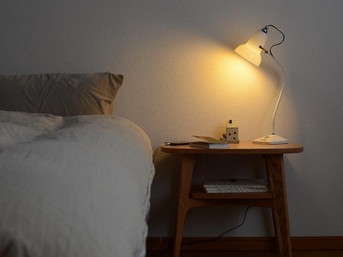 静かで暗めの空間は質の良い睡眠をもたらします。眠る前には明るすぎる照明は決して、小さなスタンドライトのみに。オレンジがかった温かみのある光がおすすめです。  秋は、気候が安定しているため暑さや冷えに悩まされず、スムーズに入眠できるのではないでしょうか。質の良い睡眠をとるために、温度や湿度にもこだわって心地よい睡眠環境をつくりたいですね。