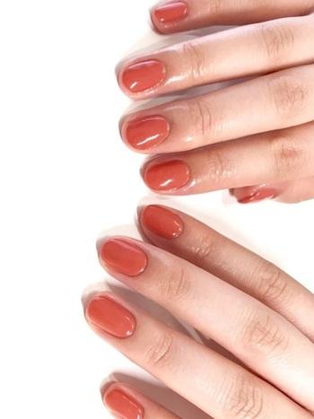 ファッションが楽しくなる秋のシーズン、まずは単色塗りでシンプル且つ上品なネイルはいかがですか?夏らしさを感じさせるオレンジ系もちょっぴりブラウンがかったオレンジブラウンをチョイスすると夏コーデにも秋コーデにもぴったり!季節の変わり目におすすめなカラーですよ!